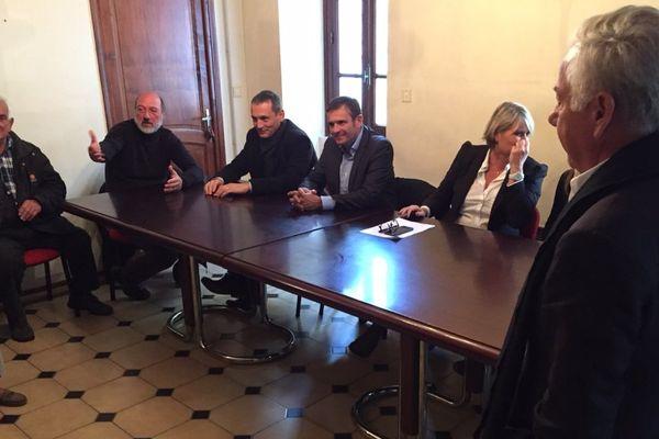 """Territoriales - Jean-Martin Mondoloni (assis au centre) tête de liste de """"La voie de l'avenir, a strada di l'avenne"""" à Sainte-Lucie-de-Tallano (Corse du Sud)"""