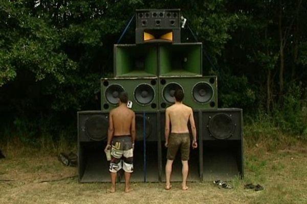 Des festivaliers du festival dub sound system de Gourgé devant un mur de son.