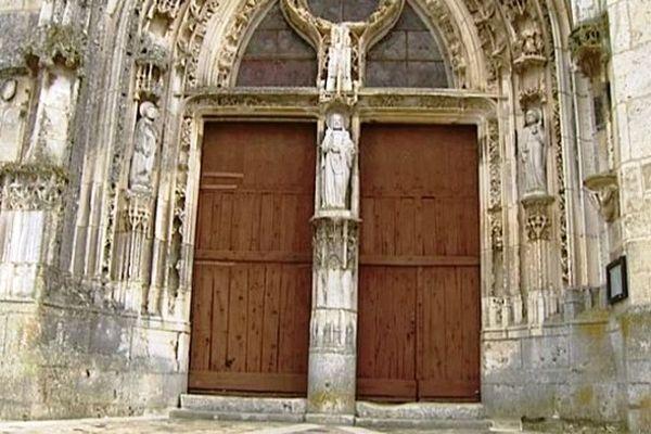 Sculpté en 1521, le portail de l'église de style gothique flamboyant est l'un des plus remarquable que l'on puisse voir en Puisaye.