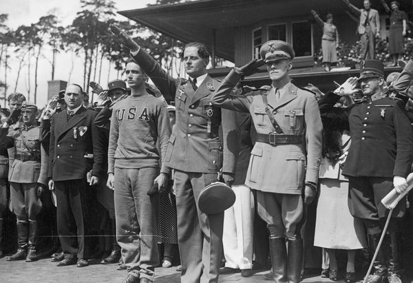 Gotthard Handrick effectuant le salut nazi lors de sa médaille d'or à l'épreuve de pentathlon moderne aux Jeux Olympiques de Berlin en 1936.