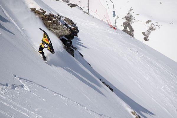 Le wing snow s'inspire du wing foil, un sport de glisse qui se pratique sur l'eau et qui consiste à manipuler une aile tenue à deux mains, sur une planche de surf équipée d'un hydrofoil.