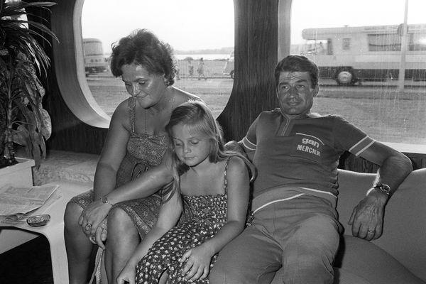 Mathieu van der Poel est le fils de Corinne Poulidor, ici photographiée avec ses parents en marge du tour de France 1976 à Bordeaux.