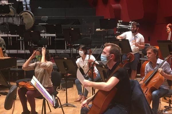 L'Orchestre philharmonique de Strasbourg en répétition avant le premier concert post-confinement, mardi 30 juin 2020.