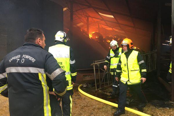 D'importants moyens ont été sollicités pour maîtriser l'incendie de fourrage à Arc-Les-Gray