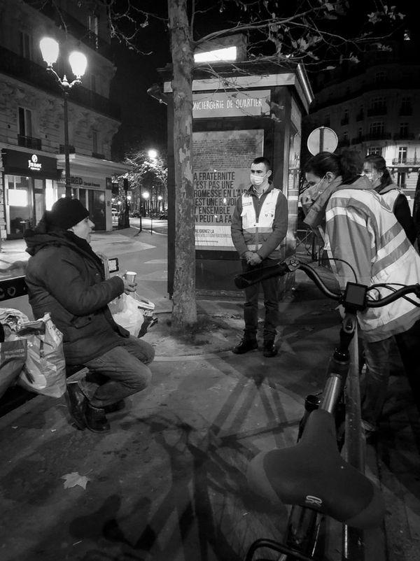 Discussion conviviale avec un homme sans-abri