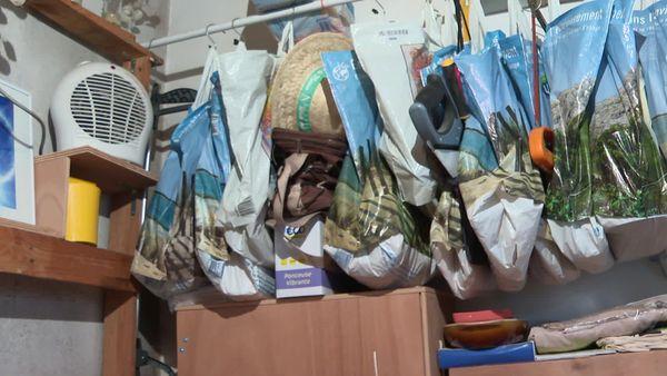Des sacs de supermarché en guise de placard et de penderie.