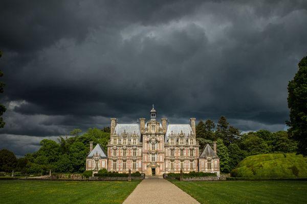 """Dans l'Eure, le château de Beaumesnil, souvent surnommé """"le Versailles normand"""", connaîtra un lundi très nuageux ponctué d'averses."""