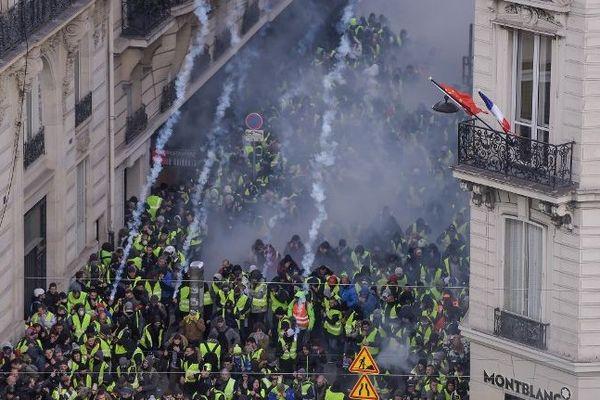 Des gilets jaunes évacués près Champs-Elysees à Paris samedi 8 décembre.