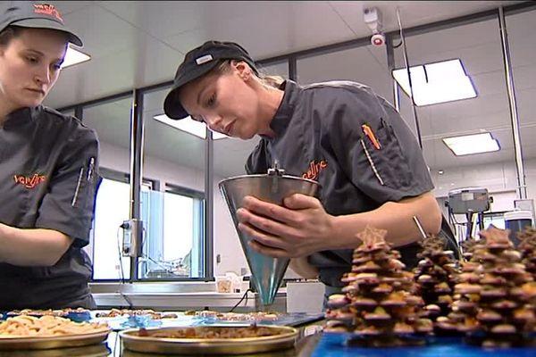 Des sapins de Noël en chocolat, une des spécialités d'un artisan de Montbéliard.