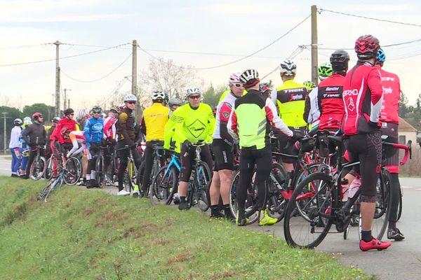 Le collectif des cyclistes gardois, créé pour aider les victimes de l'accident de Vauvert, se réunit tous les ans sur les lieux du drame. Pour ce 20ème anniversaire, ils ont revêtu un maillot édité pour rappeler les consignes de sécurité et notamment le respect d'une distance de 1 mètre 50 quand un véhicule double un vélo. 1/03/2020