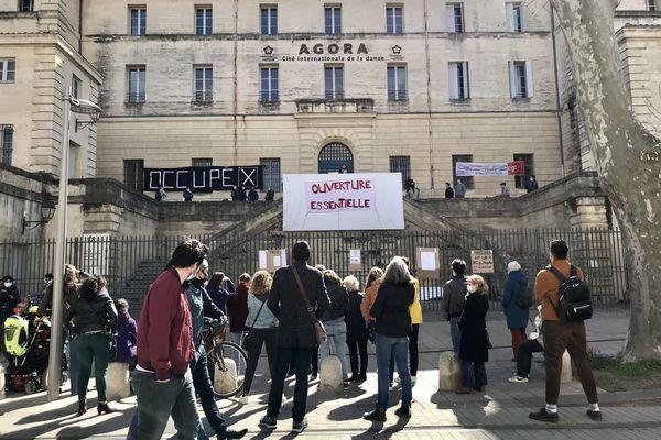 """""""Occupé"""" indique une grande banderole, déployée sur la façade de l'Agora à Montpellier."""