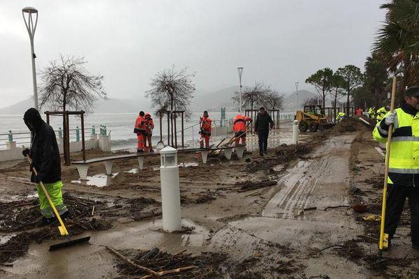 Les images de la plage de Bocca Cabana ont profondément choqué les habitants, une centaine de personnes s'est portée volontaire pour aider les équipes municipales.