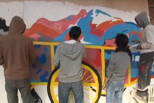Kimchean Koy, artiste de Phnom Penh, jeune espoir du street art, revisite la tâche du ramasseur de déchets cambodgien. A l'intérieur de la carriole : des rêves.