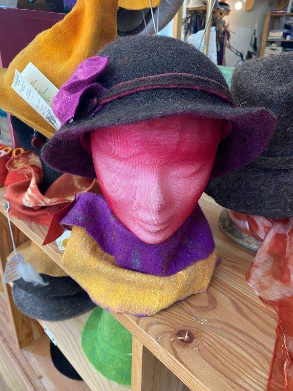 Dans l'atelier d'Emilie, les chapeaux attendent les clients mais ici on veut rester optimiste.