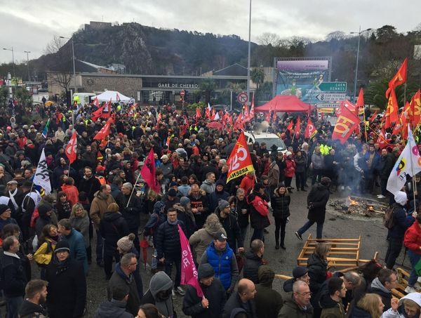 rassemblement devant la gare à Cherbourg en début d'après midi