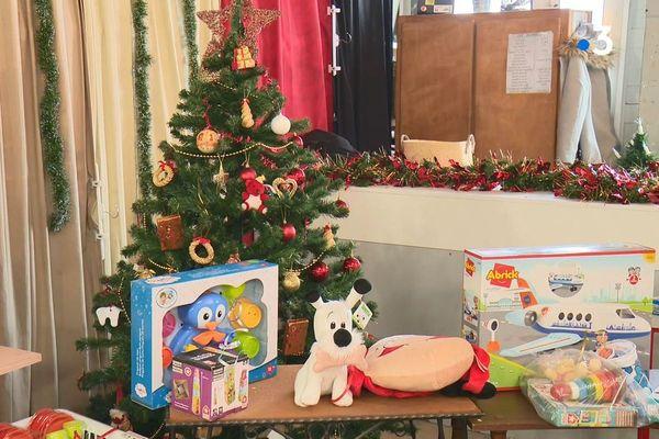 Des jouets neufs distribués à Noël par le Secours populaire
