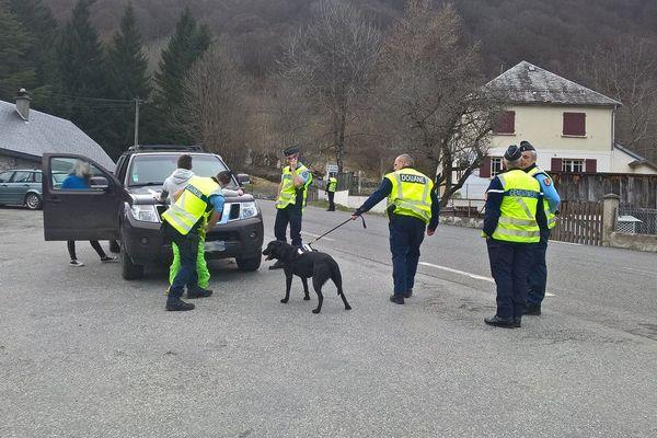 Les gendarmes étaient accompagnés de plusieurs équipes cynophiles spécialisées dans la recherche de stupéfiants.