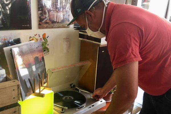 Jérôme Thiré se penche sur sa platine pour proposer une nouvelle découverte musicale à ses clients.
