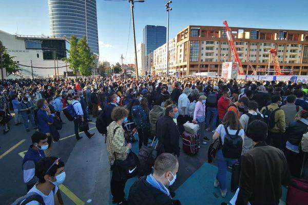 Des centaines de passagers patientent dans les rues autour de la gare de Lyon Part-Dieu, évacuée après la découverte d'un colis suspect jeudi 27 mai dans l'après-midi. A 18h, les démineurs ont terminé leurs opérations, mais la SNCF annonce déjà de très nombreux retards et annulations de trains.