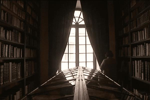 Le fond ancien de la bibliothèque de Valognes reste habituellementdans l'ombre, à l'abri des regards et de la lumière