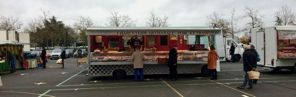 """Tôt ce mardi matin 17 mars, les clients marquent entre-eux la distance de """"sécurité"""" au marché de Rezé en Loire-Atlantique"""
