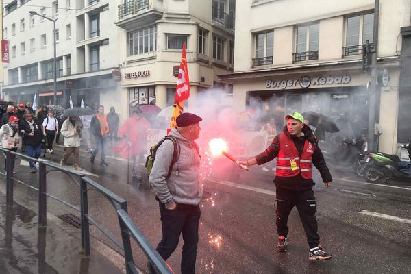 Sous la pluie, seulement quelques centaines de personnes ont manifesté ce mardi 5 octobre dans les rues de Nancy.