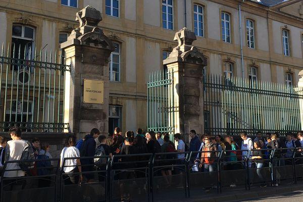 A 7h50, l'heure de pénétrer dans le centre des épreuves du baccalauréat. Ici, au lycée Poincaré à Nancy (Meurthe-et-Moselle).