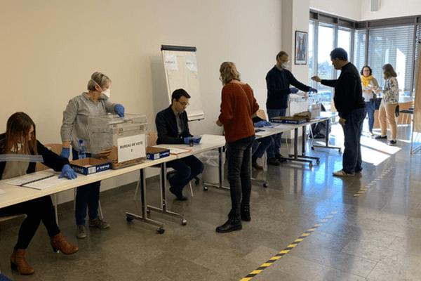 Au sol, des marquages délimitent les zones d'attente des électeurs avant de déposer le bulletin dans l'urne