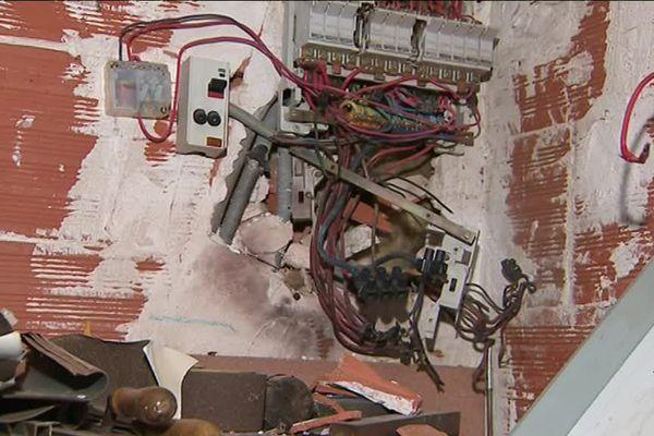 Le tableau électrique littéralement explosé sous l'impact de la foudre