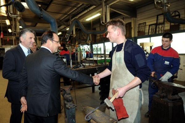 François Hollande souhaite un recentrage de la formation professionnelle sur les demandeurs d'emploi qui ne représentent que 13% de l'effort financier global et sur les jeunes dont un quart aussi sont au chômage.