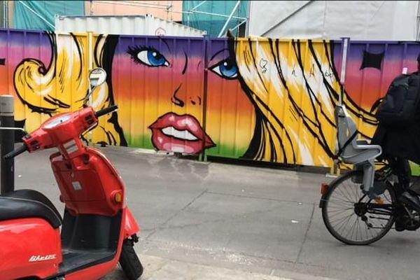 La palissade qui entoure le chantier des Halles Laissac a été décorée par quatre artistes. C'est la ville de Montpellier qui a payé cette oeuvre destinée à égayer le quartier.