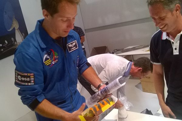 Thomas Pesquet avec de la moutarde et des graines de Dijon dans les mains, en compagnie du professeur dijonnais de SVT, Fabrice Diot.