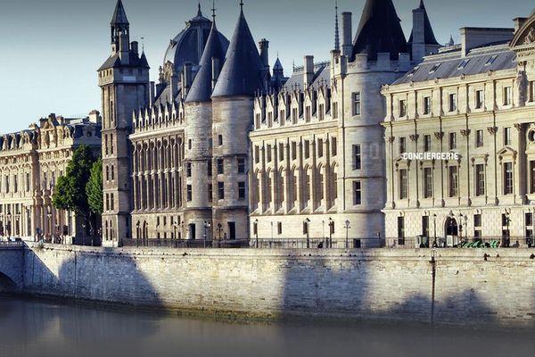 La Conciergerie se situe en plein coeur de Paris, sur l'île de la Cité.