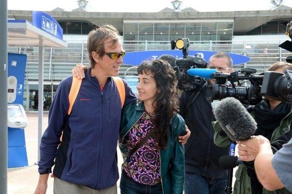 Marc Poncin ,l'un des rescapés francais retrouve son amie à l'aéroport de St Exupéry  devant les caméras de télevisionarc Poncin