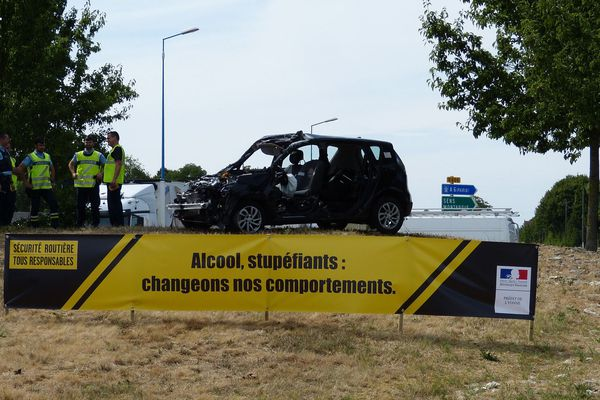 Une opération de sensibilisation expose les carcasses de voitures accidentées sur les ronds-points de l'Yonne.