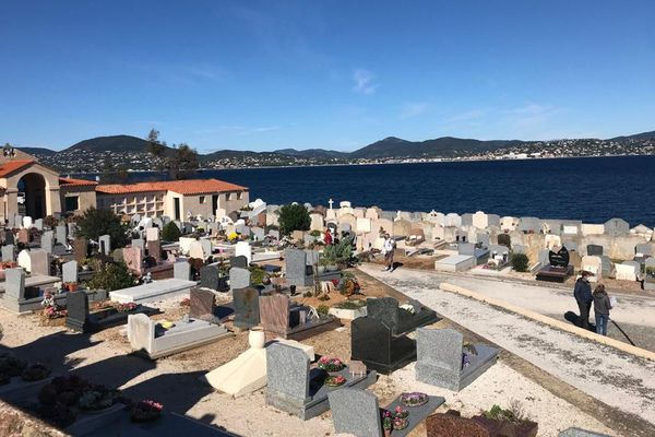 Eddie Barclay ne pouvait reposer qu'à Saint-Tropez (Var), dans le cimetière marin, avec vue imprenable sur la mer Méditerranée.