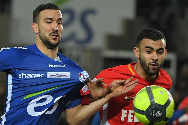 Le monégasque Rachid Ghezzal (d) au coude à coude avec le joueur de Strasbourg Pablo Martinez, le 09 mars 2018