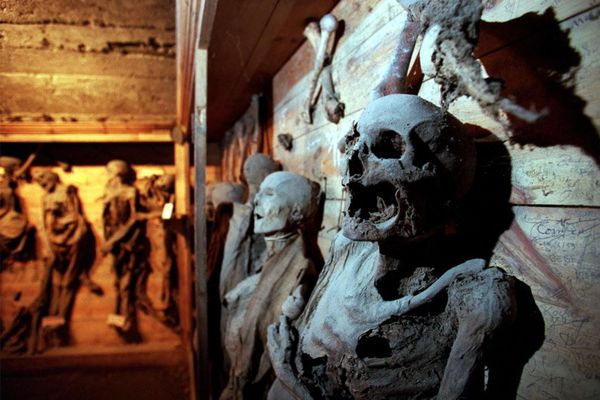 """Le mystère des momies de Saint-Bonnet-le-Château reste entier (archives) - Perché dans les monts du Forez, le village médiéval abrite depuis près de quatre siècles des """"momies naturelles"""", conservées grâce à la spécificité du sol..."""