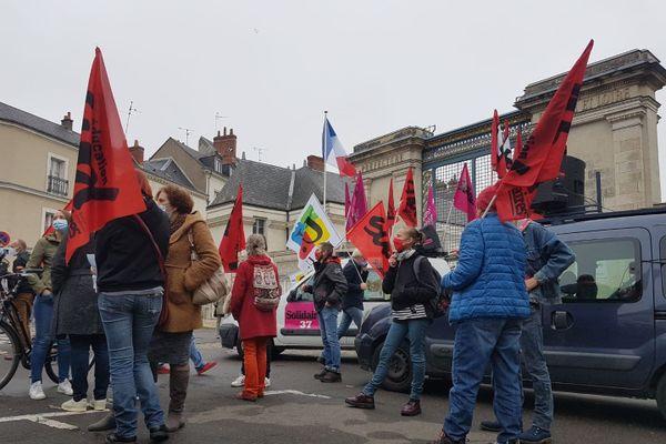 Une centaine d'enseignants s'est rassemblée devant la préfecture d'Indre-et-Loire ce mardi 10 novembre pour contester les décisions du gouvernement