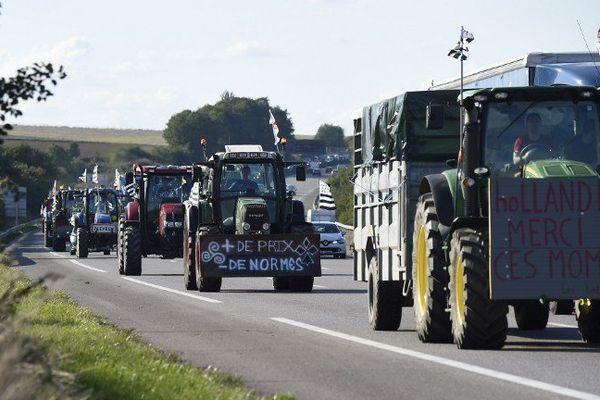 Un convoi d'agriculteurs en route sur l'autoroute A13, en direction de Paris.