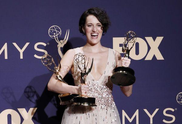 """Phoebe Waller-Bridge et ses trois Emmys remportés à l'automne dernier pour """"Fleabag""""."""