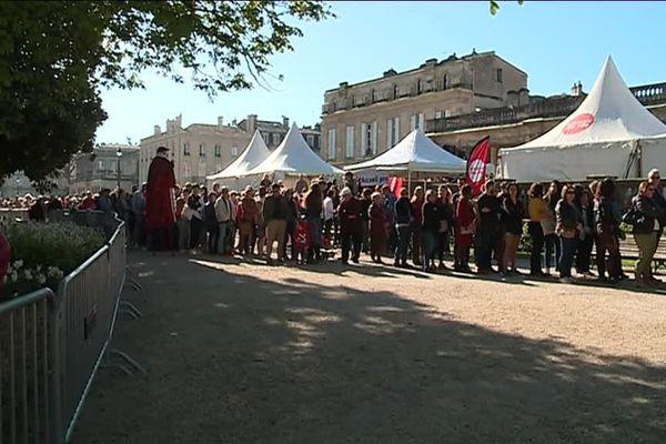 Les Bordelais font la queue sous le soleil pour récupérer un coupon d'accès gratuit au Muséum ce dimanche 31 mars.