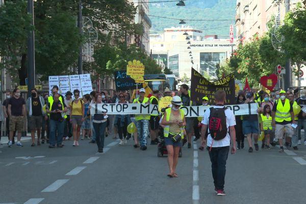 Des gilets jaunes, lors de la manifestation du 12 septembre 2020 à Grenoble.