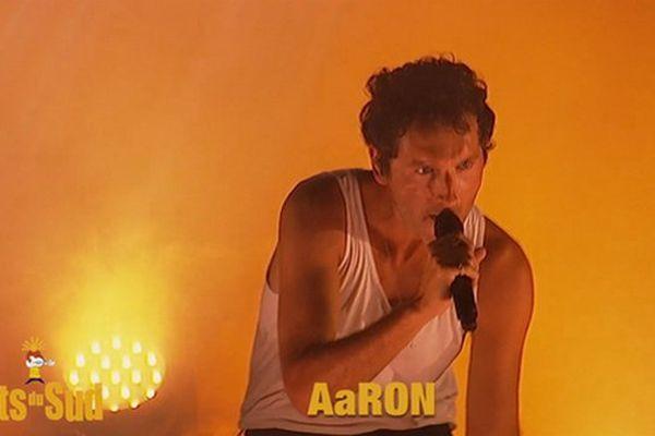Simon Buret, le chanteur du groupe français Aaron sur scène jeudi soir.