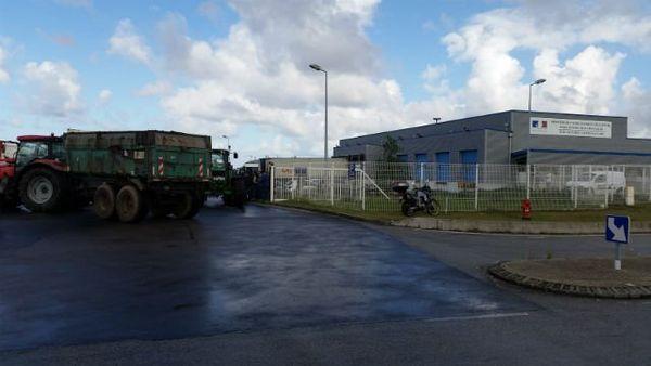 Les éleveurs devant les douanes du port du Havre.