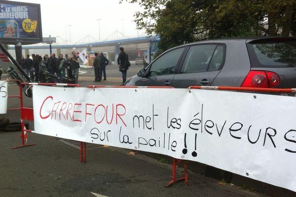 Le magasin Carrefour au Mans bloqué par les agriculteurs