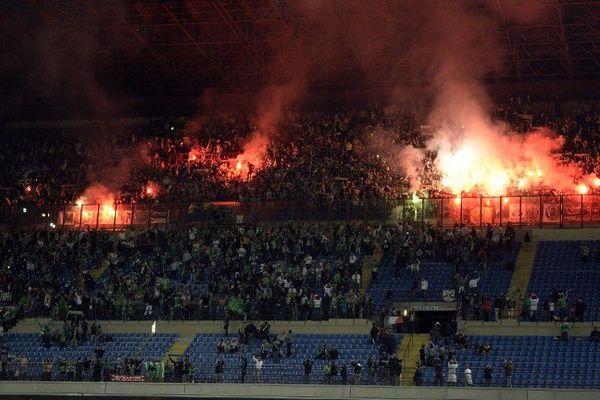 Des fans de Saint-Etienne brûlent des fumigènes dans les tribunes de San Siro avant la rencontre Inter - ASSE.