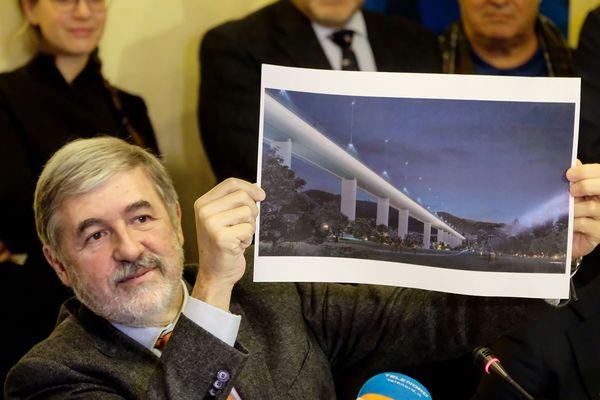 Le maire de Gênes Marco Bucci montrant une interprétation artistique du futur pont dessiné par l'architecte italien Renzo Piano.