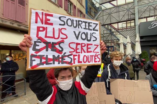 """Dans le centre-ville de Montbéliard, les pancartes se sont élevées contre la loi """"sécurité globale""""."""
