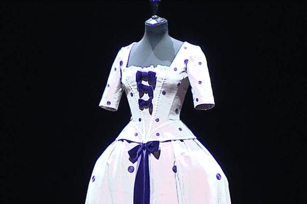 Une robe de bal en taffetas violet n'a pas réussi à trouver preneur.